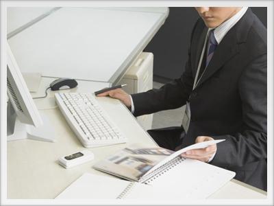 パソコンで作業する人のイメージ写真